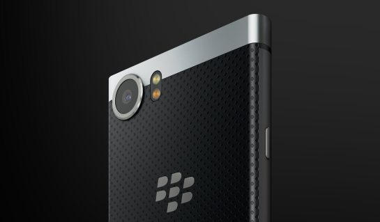 parte trasera de la blackberry keyone